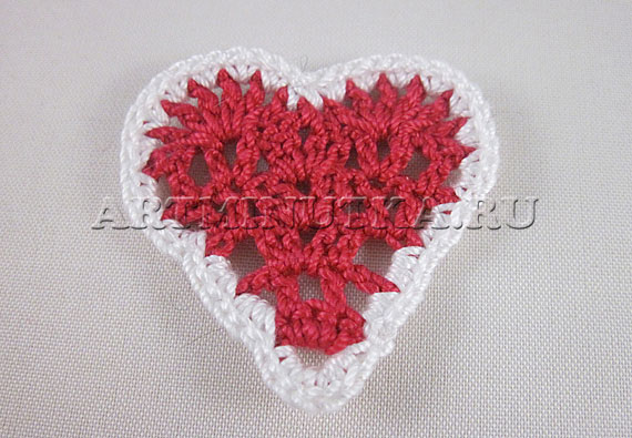 Вязанное крючком сердечко с контрастной каемкой
