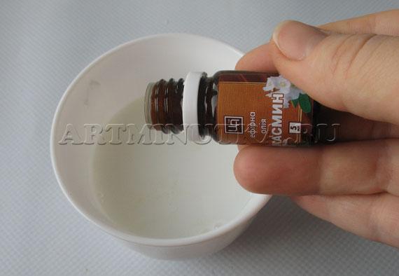 Шаг 10 - в растопленную основу добавляем эфирные масла - фото