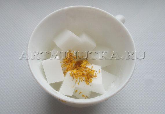 Шаг 14 - нарезаем белую основу, добавляем тычинки календулы - фото