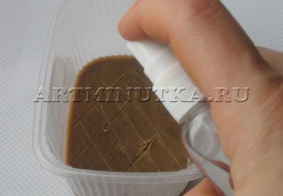 Шаг 14 - поцарапанный первый слой мыла сбрызгиваем спиртом - фото