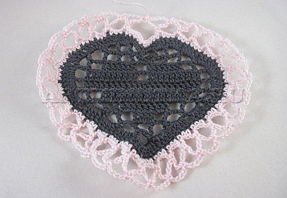 Вяжем ажурную бахрому вокруг сердечка - фото