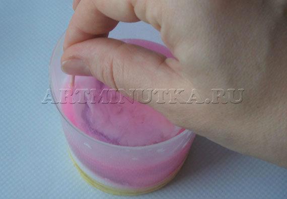 Шаг 15 - слегка смешиваем белый и цветной слой мыла - фото