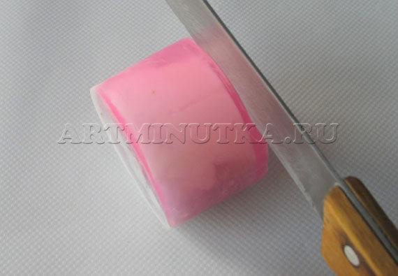 Шаг 16 - срезаем лишнее с застывшего мыла - мыла