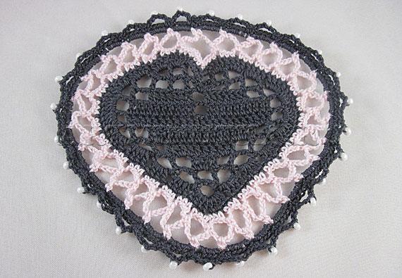 Ввязываем бусины по краю подставки-сердечка - фото