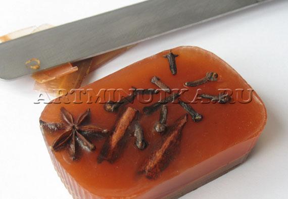Шаг 19 - подравниваем мыло ручной работы ножом - фото