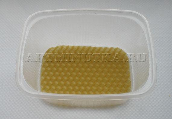 Шаг 2 - отрезаем кусочек вощины, укладываем в форму - фото