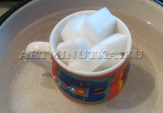 Шаг 2 - растапливаем на водяной бане белую мыльную основу - фото