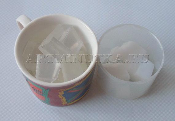 Шаг 2 - нарезаем белую и прозрачную основу кубиками - фото