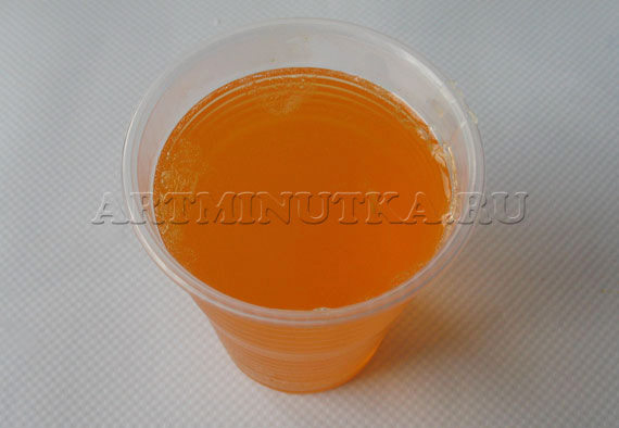 Шаг 8 - переливаем мыльную основу в стаканчик - фото