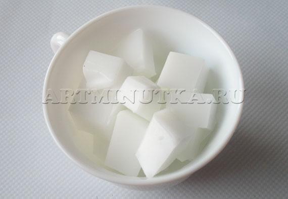 Шаг 9 - нарезаем кубиками белую мыльную основу - фото